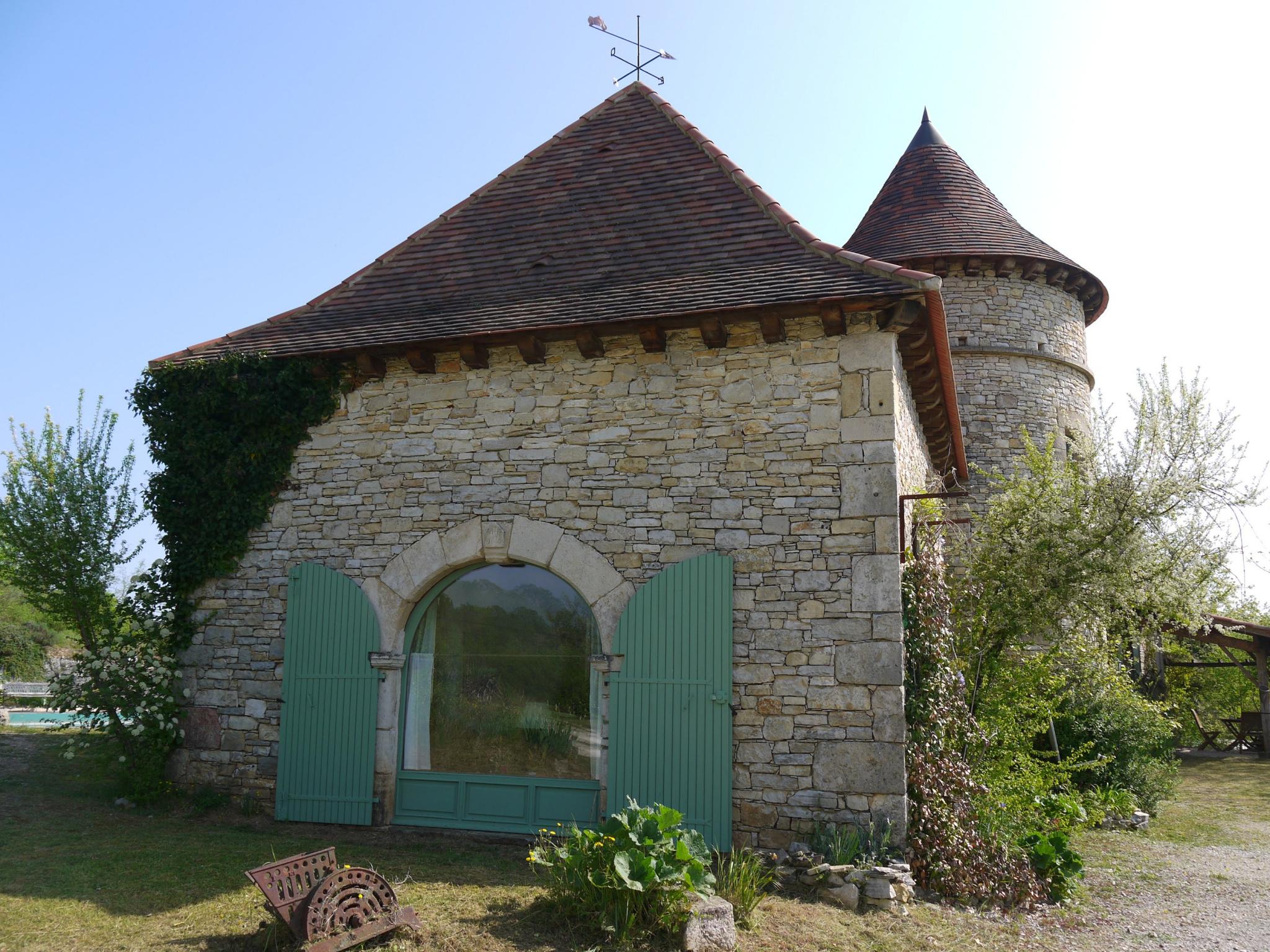Belle demeure en pierre avec tour ronde, piscine, vues et jardin